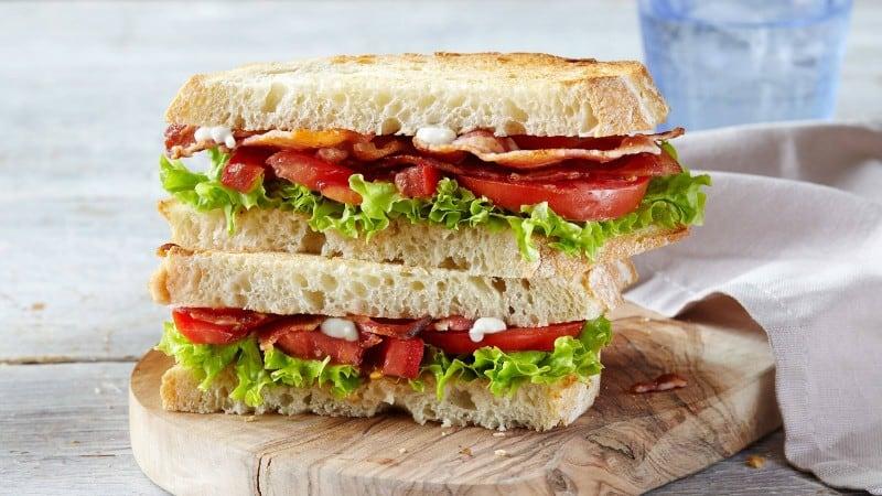 Sándwiches de lechuga, tomate y tocino