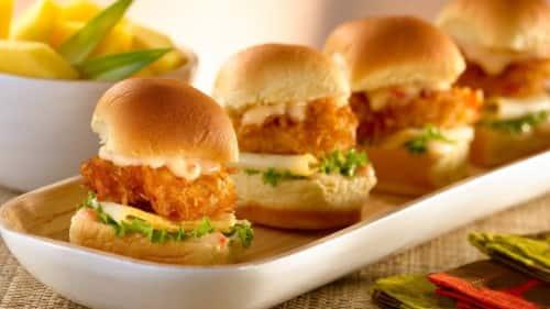 Mini Sandwiches De Camarones Al Coco Con Salsa Tropical
