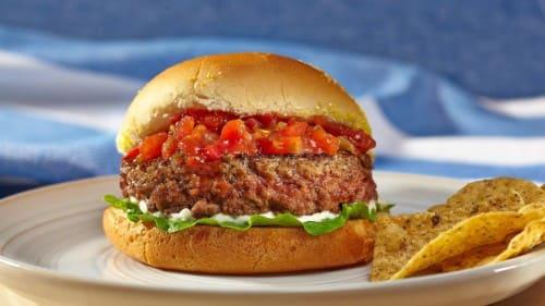 Hamburguesa jugosa con salsa