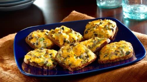 Atractivos bocadillos de pan de centeno y queso