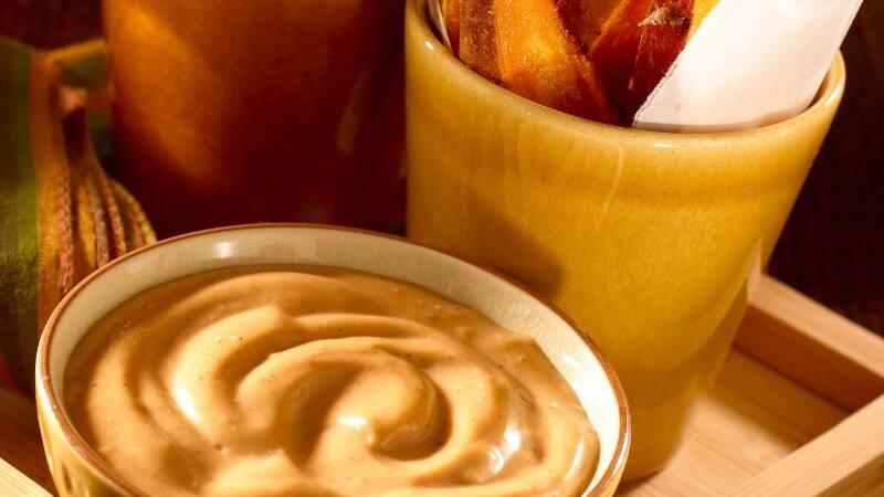Papas fritas de camote con mayonesa BBQ